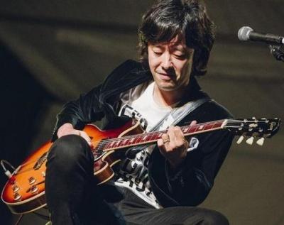 ギターを弾く和田唱