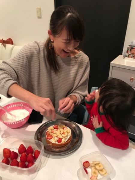 ケーキを作る大島由香里とその子供