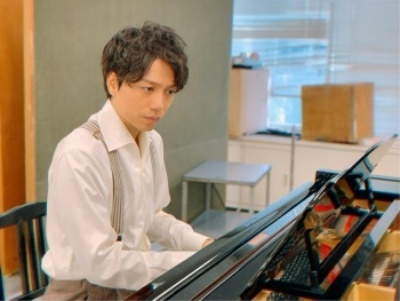 ピアノを弾く山崎育三郎