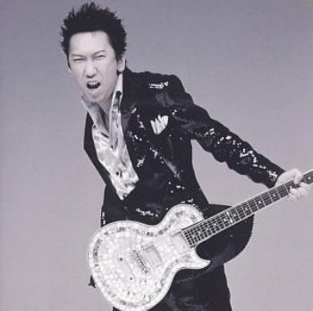 ギターを持つ布袋寅泰