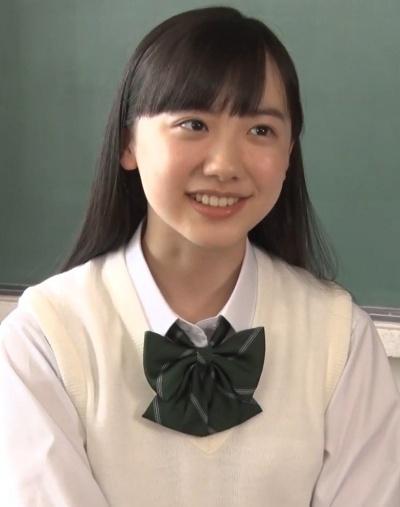 学生服姿の芦田愛菜