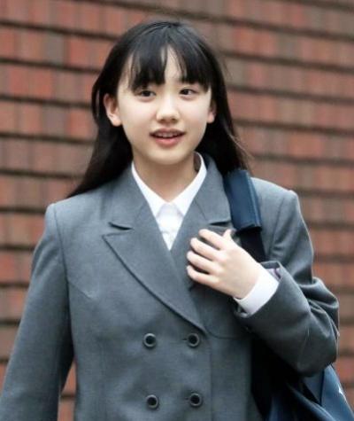 制服姿の芦田愛菜