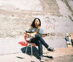 ギターを弾く安部勇磨