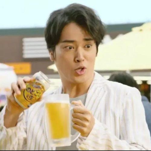 ビールを注ぐ桐谷健太