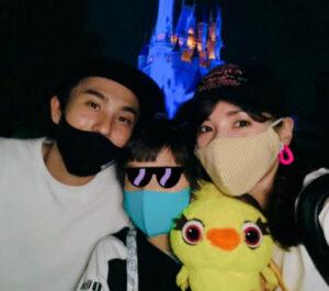 ディズニーに行く仲里依紗と中尾明慶とその子供