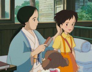 サツキの髪をとかす母
