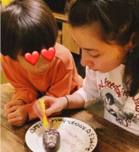 仲里依紗と一緒にお菓子を作る子供